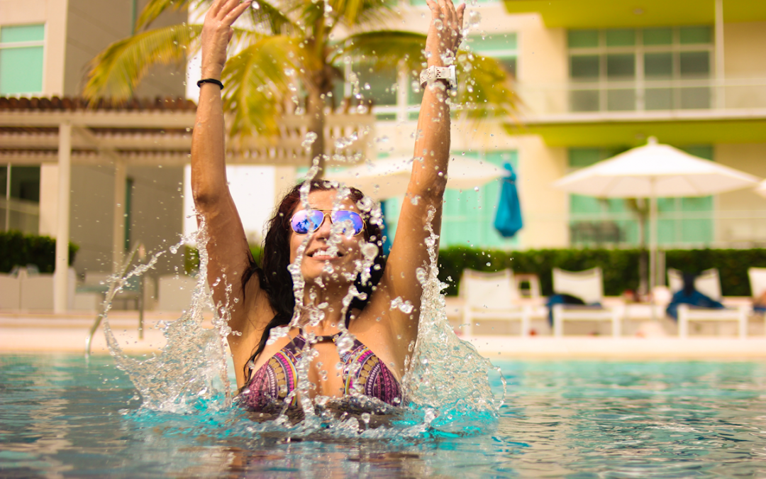Bikini für die Sanduhr-Figur. Frau genießt es, im Wasser zu liegen | sanduhr-figur.com